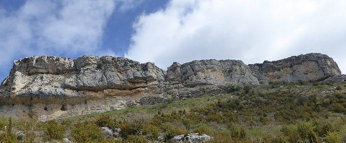 PEÑA SURTA à 1349 mètres d'altitude aux portes du Parc Naturel de la Sierra et des Canyons de Guara, en Aragon, Espagne.