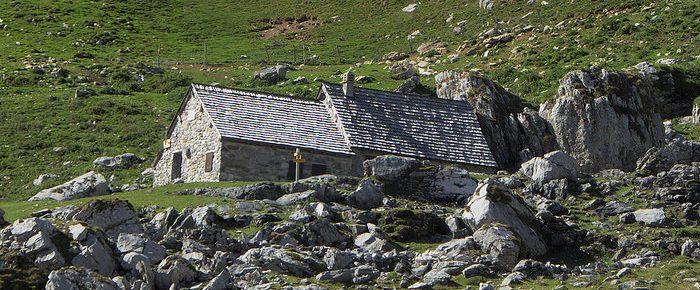 CABANE DU CAP DE LA BAITCH à 1689 mètres d'altitude, au pied du massif du Soum Couy, en vallée d'Aspe, Pyrénées-Atlantiques.