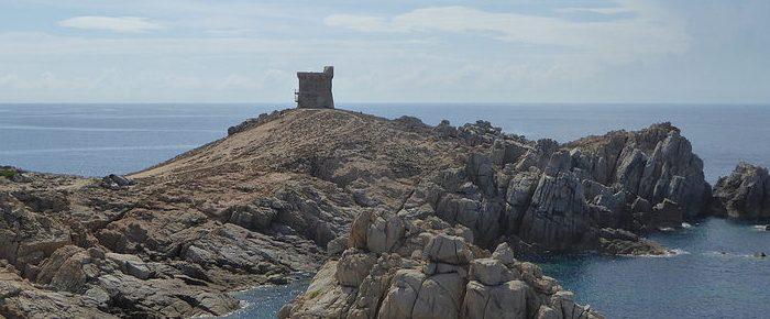 PUNTA D'OMIGNA et sa tour gênoise à 61 mètres d'altitude, entre les golfes de Peru et de Chuini, sur la commune de Cargèse, en Corse du Sud.