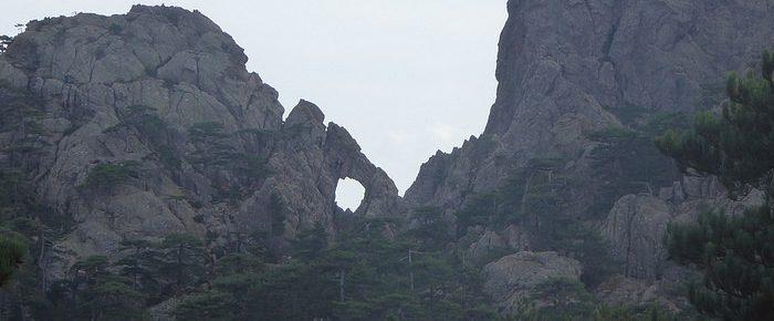 TROU DE LA BOMBE à 1350 mètres d'altitude dans le massif des Aiguilles de Bavella, au cœur du Parc Régional de Corse, en Corse du Sud.