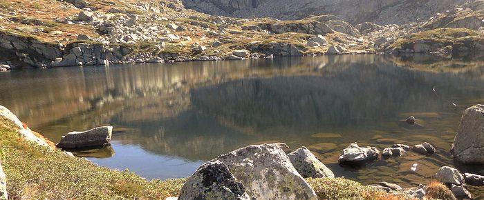 ETANG DE L'ASTOUE à 1975 mètres d'altitude dans la vallée de Turguilla à Guzet Neige, sur la commune d'Ustou, Ariège.