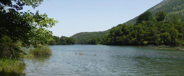 CASTET et son LAC à 423 mètres d'altitude, espace naturel au cœur de la vallée d'Ossau, Pyrénées-Atlantiques.