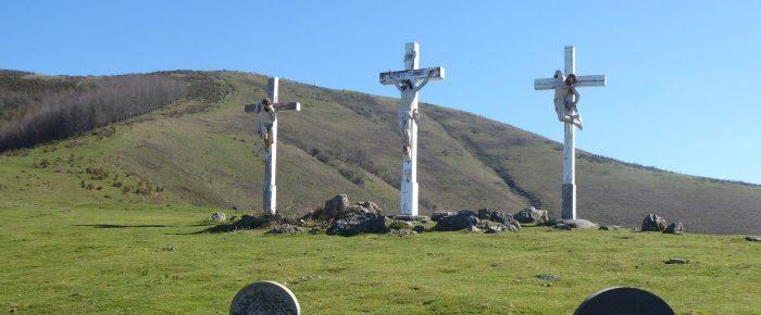 CALVAIRE D'AINHOA à 433 mètres d'altitude, depuis le col de Pinodieta, sur la commune de Souraïde, Pays Basque