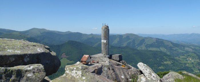 ALBAKO HARRIA ou PENA DE ALBA à 1074 mètres d'altitude, depuis le Col d'Eyharza, commune des Aldudes, en basse navarre, Pays Basque
